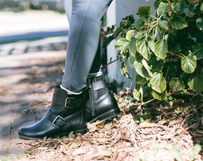 Lifestyle-blooger-Surekha-of-dreaming-loud-wearing-Aetrex-Kara-ankle-riding-boots-in-black-1
